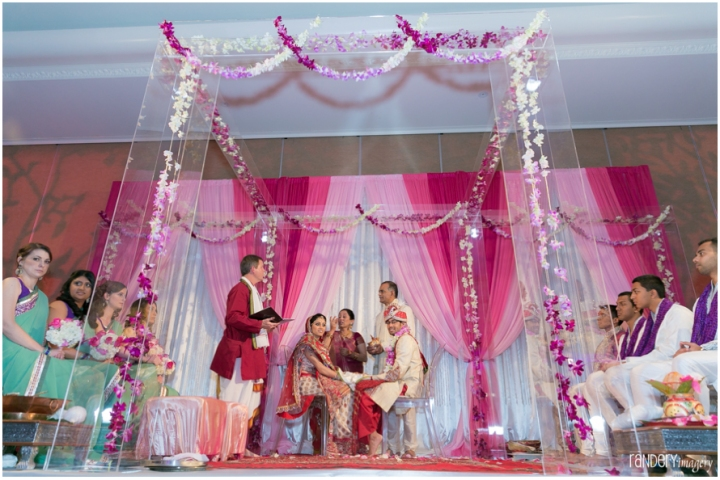 Randery-Imagery-Indian-wedding-Hindu-Patel-indoor-ceremony-mandap-fire
