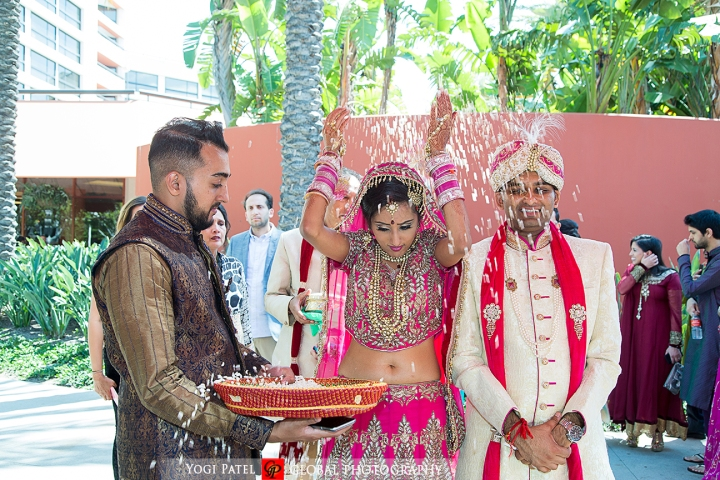 The bride throwing the rice during her vidai
